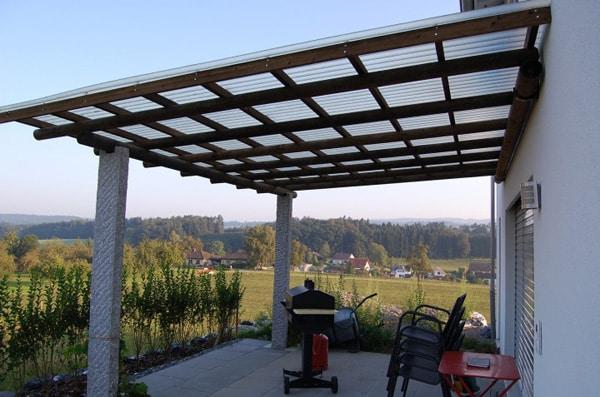 Pergola mit Dach bietet auch Schutz gegen Regen und Schnee