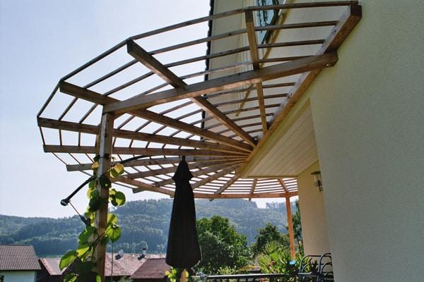 Pergola als Terrassenüberdachung halbrund - Rankpflanze wächst