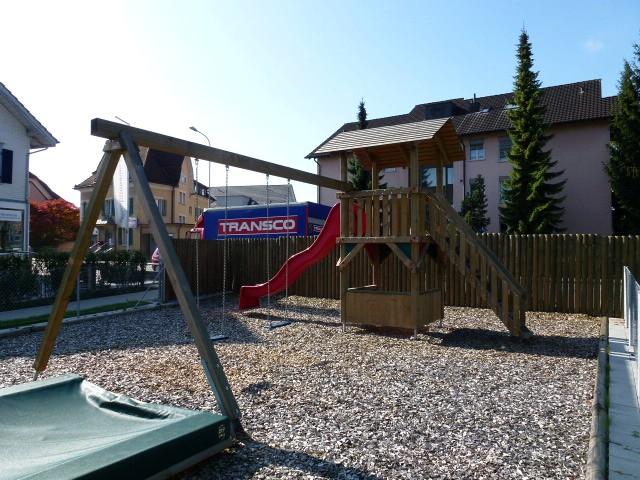 Spielplatzgerät mit Rutschbahn