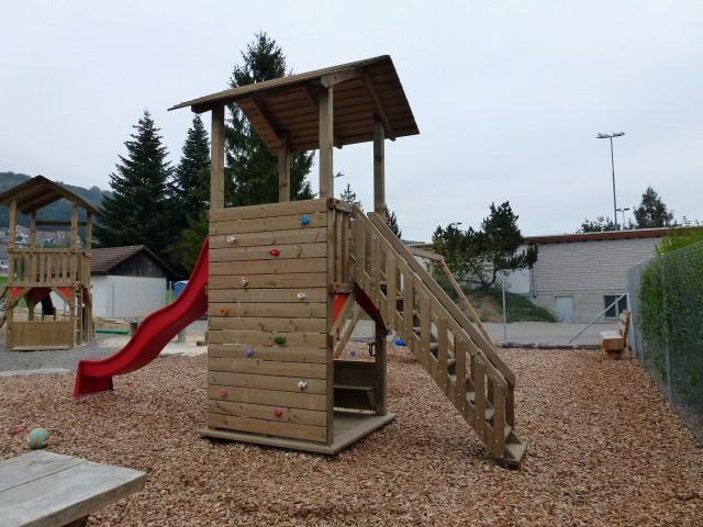 Kinderspielhaus mit Rutschbahn